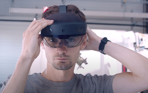 Technicien équipé d'un casque de réalité augmentée